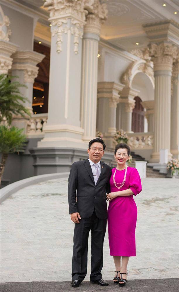 Dân mạng xuýt xoa nhan sắc nữ chủ nhân tòa lâu đài 7 tầng to vật vã ở Nam Định-7