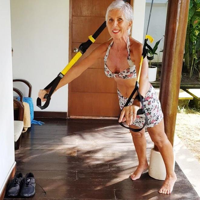 Nữ người mẫu vẫn giữ được vóc dáng thon gọn ở tuổi 62-4