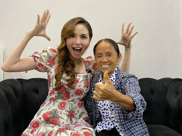 Hoa hậu Diễm Hương hào hứng khi gặp bà Tân Vlog, đôi dép tổ ong huyền thoại gây chú ý-1