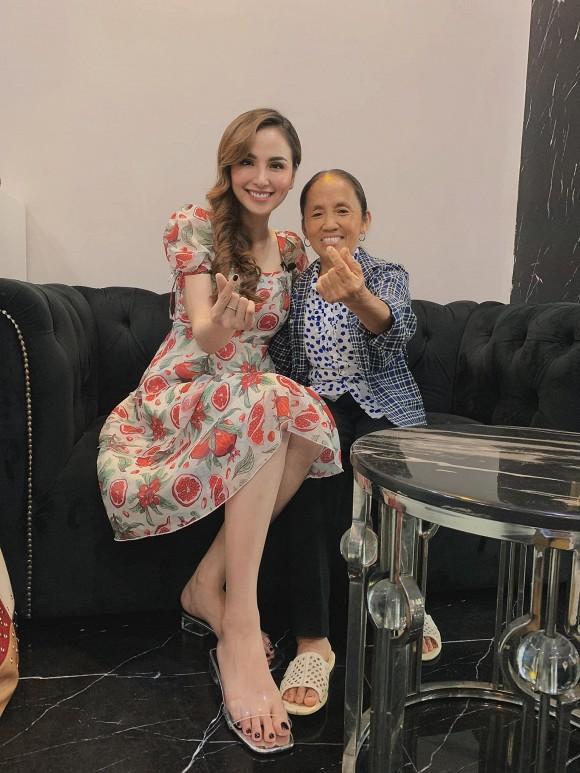 Hoa hậu Diễm Hương hào hứng khi gặp bà Tân Vlog, đôi dép tổ ong huyền thoại gây chú ý-2