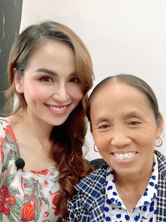 Hoa hậu Diễm Hương hào hứng khi gặp bà Tân Vlog, đôi dép tổ ong huyền thoại gây chú ý-4