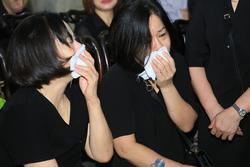 Người thân khóc ngất trong thời khắc tiễn biệt MC Diệu Linh về đất mẹ