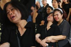 Mẹ MC Diệu Linh mệt lả, phải có người dìu đỡ trong giờ phút vĩnh biệt con gái
