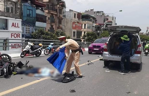 Clip: Xe máy vượt ẩu, đâm liên hoàn 2 ô tô trên cầu, người nằm im chân gẫy dập-2