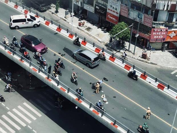 Clip: Xe máy vượt ẩu, đâm liên hoàn 2 ô tô trên cầu, người nằm im chân gẫy dập-3