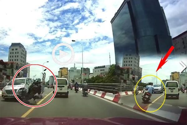 Clip: Xe máy vượt ẩu, đâm liên hoàn 2 ô tô trên cầu, người nằm im chân gẫy dập-1