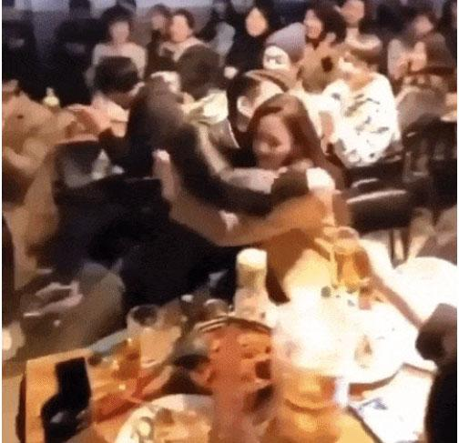 Khoảnh khắc Hyun Bin níu chặt tay Son Ye Jin trước khi tạm biệt nhau bất ngờ được fan chia sẻ rầm rầm-2