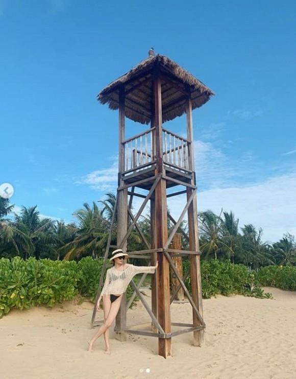 Á hậu Thùy Dung mặc bikini chụp ảnh trong nhà, nhờ dân mạng photoshop ở bãi biển vì lý do tế nhị-6