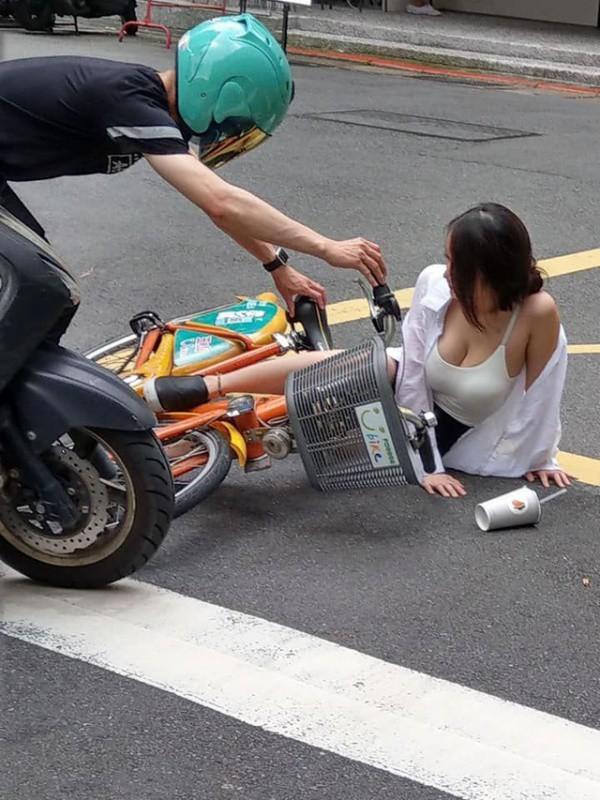 Cô gái ngã nhào xuống đường sau cú va chạm xe, nhưng vòng một căng tròn mới gây ấn tượng-1
