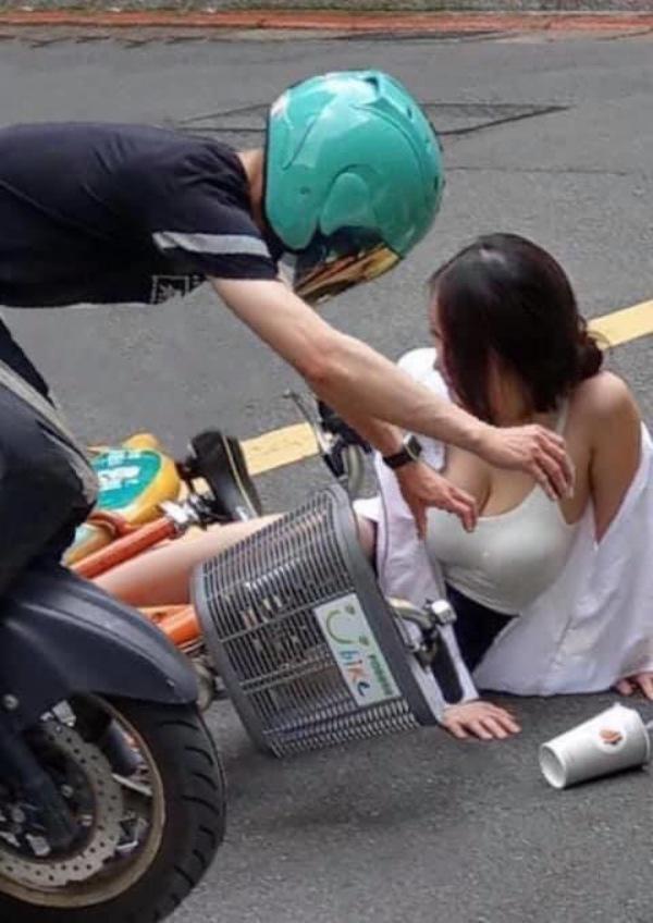 Cô gái ngã nhào xuống đường sau cú va chạm xe, nhưng vòng một căng tròn mới gây ấn tượng-2