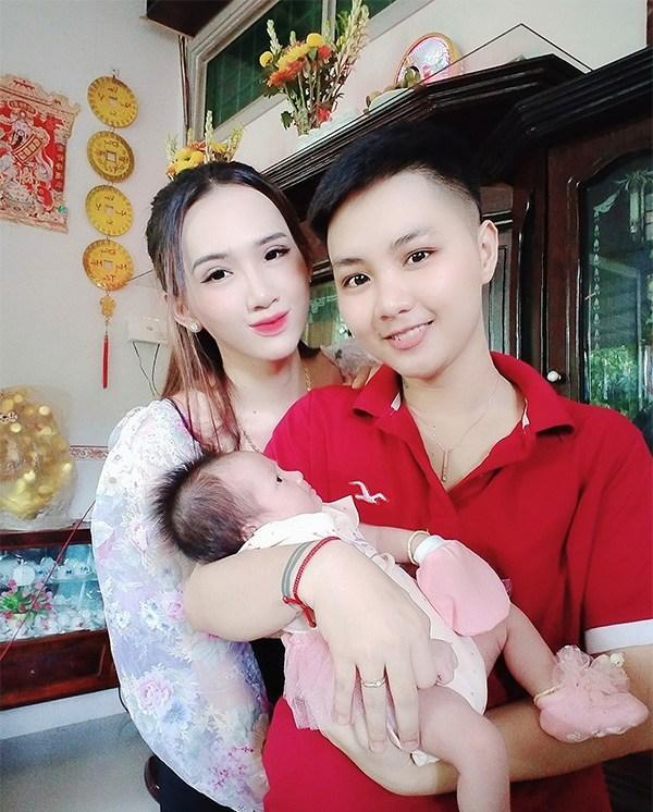 Người đàn ông Việt Nam đầu tiên sinh con xuất hiện rạng rỡ sau 1 tháng lâm bồn-4