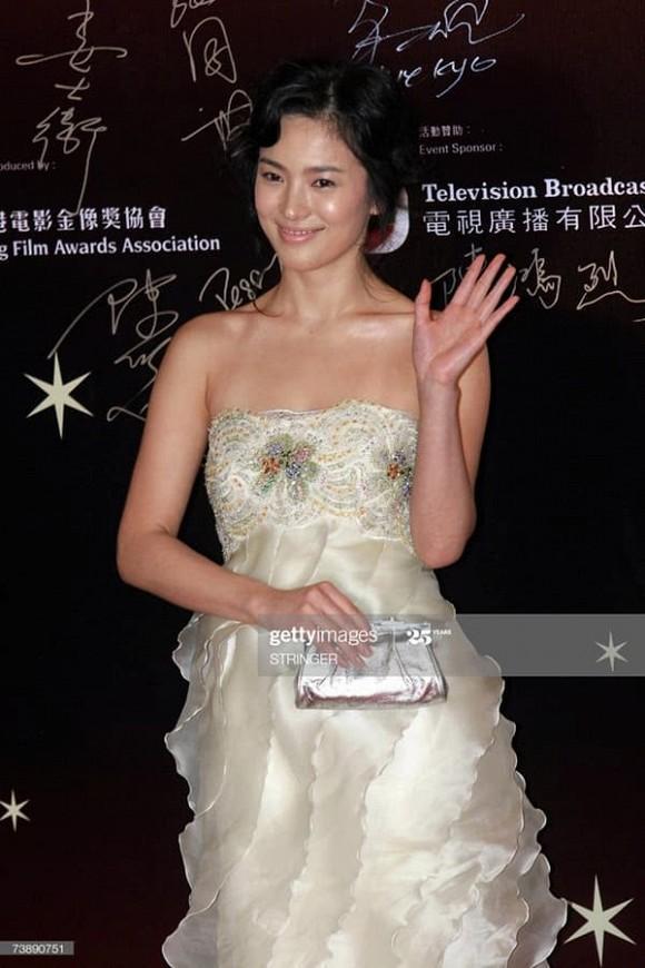Song Hye Kyo bị đào mộ khoảnh khắc xấu tệ nhất trong sự nghiệp thảm đỏ-4