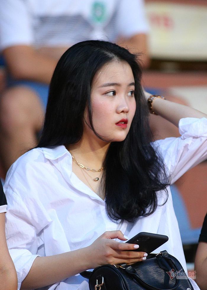 Bạn gái Quang Hải, Văn Hậu khoe sắc ở Hàng Đẫy-1