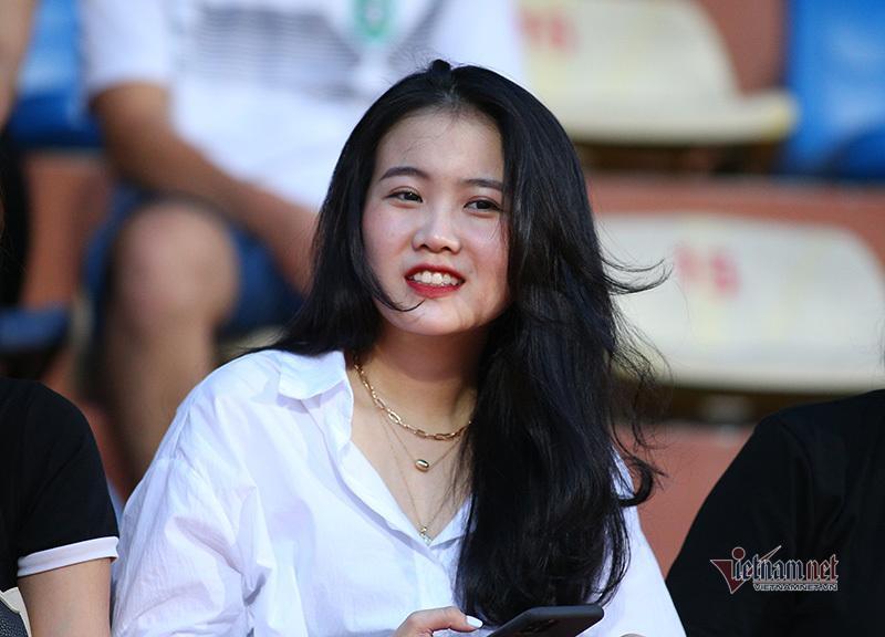 Bạn gái Quang Hải, Văn Hậu khoe sắc ở Hàng Đẫy-2