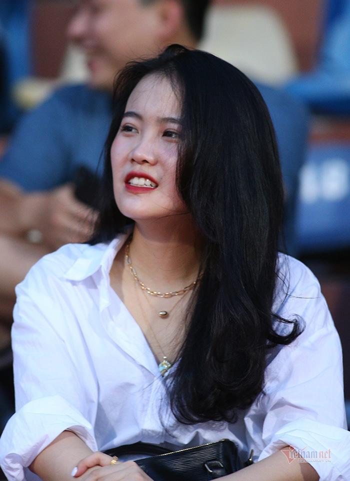 Bạn gái Quang Hải, Văn Hậu khoe sắc ở Hàng Đẫy-7
