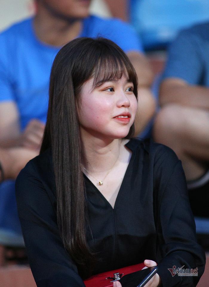 Bạn gái Quang Hải, Văn Hậu khoe sắc ở Hàng Đẫy-6