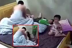 Cặp vợ chồng thản nhiên che chăn 'hành sự' ngay trước mặt 2 con nhỏ
