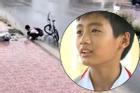 Cậu bé dừng xe nhặt rác dưới cống bẩn giữa trời mưa chứng minh câu 'nghèo mà sang'