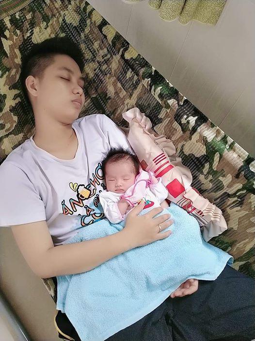 Con gái 1 tháng tuổi của người đàn ông đầu tiên sinh con ở Việt Nam càng lớn càng yêu-7