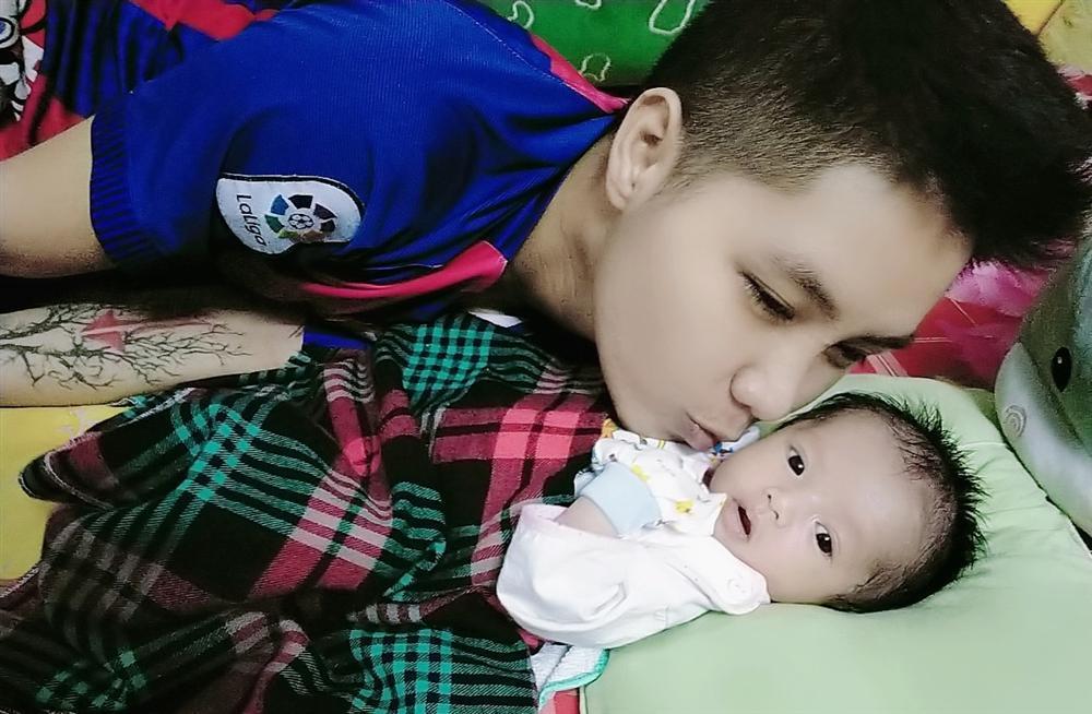Con gái 1 tháng tuổi của người đàn ông đầu tiên sinh con ở Việt Nam càng lớn càng yêu-6