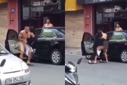 Cặp đôi giằng co nhau trên phố, nam chính bị lôi từ ô tô ra trong tình trạng 'truổng cời'