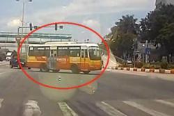 Container húc lật xe buýt giữa ngã tư, khoảnh khắc bất ngờ khiến bao người kinh hãi, la hét