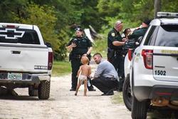 Bé 3 tuổi tự kỷ mất tích được 2 chú chó bảo vệ