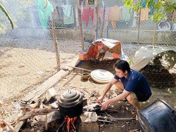 Phan Mạnh Quỳnh vào bếp đun nước, làm gà nhoay nhoáy, rể thế này bố mẹ vợ nào chẳng ưng!-2