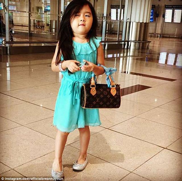 Bé gái xinh đẹp từng bị đồn được đại gia Dubai nhận nuôi giờ ra sao?-3