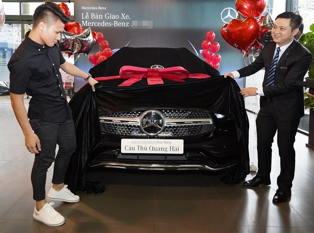 Ngắm lại Mercedes giá 2,4 tỷ đồng Quang Hải dùng để nhún nhảy Hồ Tây với dàn gái xinh-1