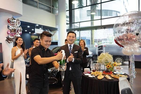 Ngắm lại Mercedes giá 2,4 tỷ đồng Quang Hải dùng để nhún nhảy Hồ Tây với dàn gái xinh-2
