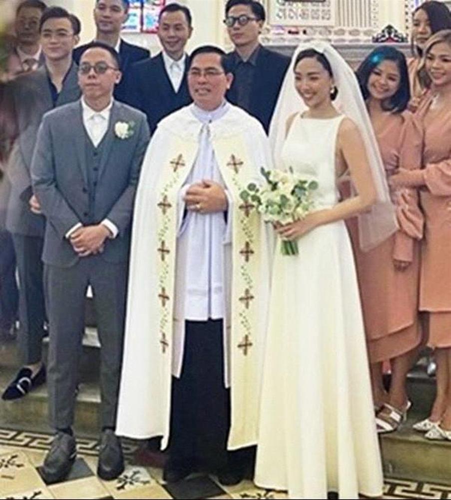 Ảnh hiếm trong hôn lễ nhà thờ của Tóc Tiên và Hoàng Touliver