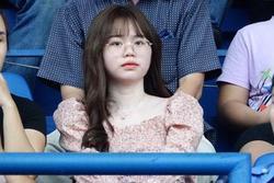 Huỳnh Anh có mặt trên khán đài cổ vũ Quang Hải, khuôn mặt không giấu được nỗi buồn