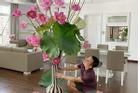 Trổ tài cắm hoa sen 'khủng', anh chồng đảm khiến hội chị em ghen tị vì quá khéo tay