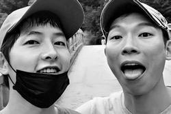 Song Joong Ki đạp xe thư giãn cùng tài tử 'Hạ cánh nơi anh'