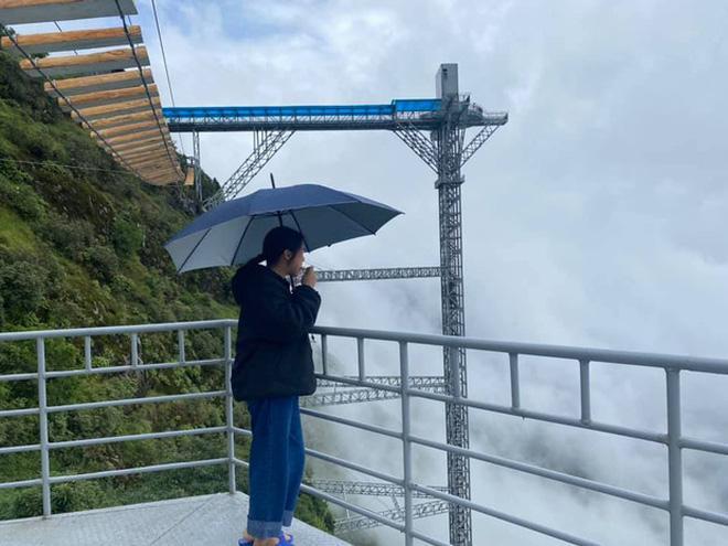 Xuất hiện clip du khách đi trên cầu treo giữa vách núi cheo leo ở Sapa: Trông đáng sợ hơn các cây cầu ở Quốc-2