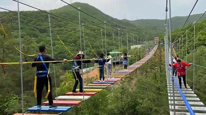 Xuất hiện clip du khách đi trên cầu treo giữa vách núi cheo leo ở Sapa: Trông đáng sợ hơn các cây cầu ở Quốc-1