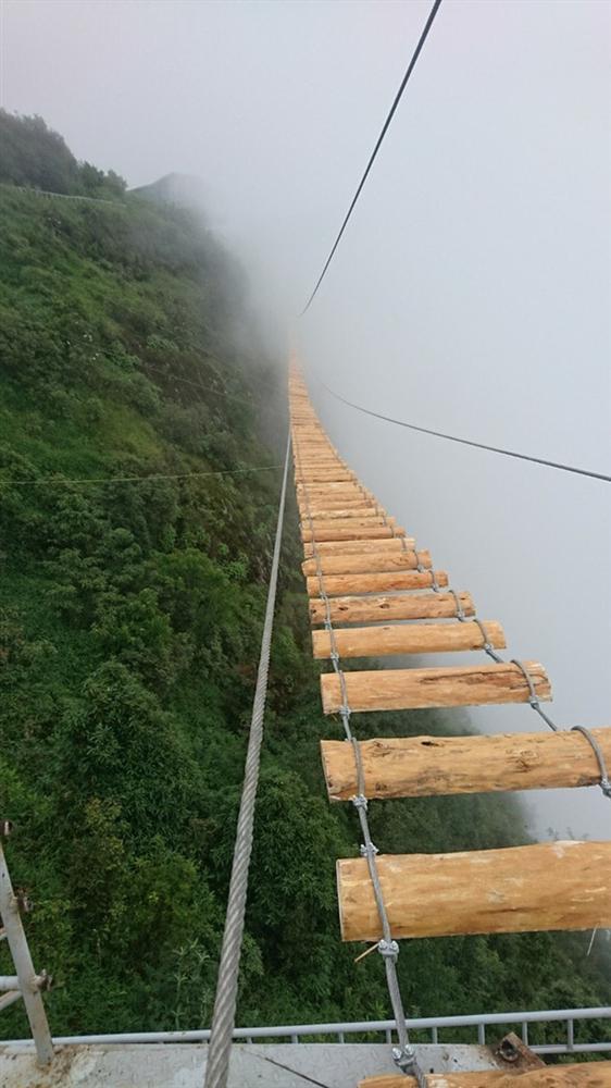 Xuất hiện clip du khách đi trên cầu treo giữa vách núi cheo leo ở Sapa: Trông đáng sợ hơn các cây cầu ở Quốc-3