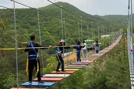 Xuất hiện clip du khách đi trên cầu treo giữa vách núi cheo leo ở Sapa: Đáng sợ hơn mọi cây cầu Trung Quốc