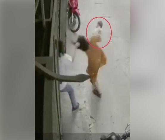 Xôn xao clip người chồng bạo hành, túm tóc vợ làm con nhỏ 6 tháng văng khỏi tay-2