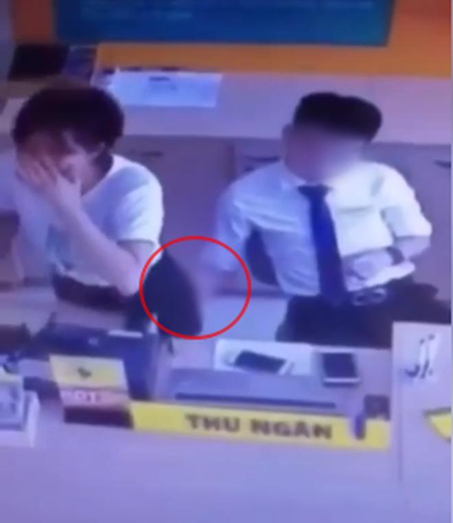 Đồng nghiệp nam thò tay vào váy nữ nhân viên thu ngân ở cửa hàng điện thoại-1