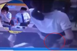 Đồng nghiệp nam thò tay vào váy nữ nhân viên thu ngân ở cửa hàng điện thoại