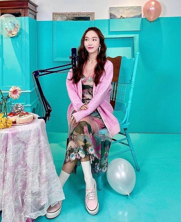 Đụng hàng các chị đẹp, sao nhí lột xác mỹ nhân Kim Yoo Jung kém sang hơn hẳn chỉ vì đôi sandal sai trái-2
