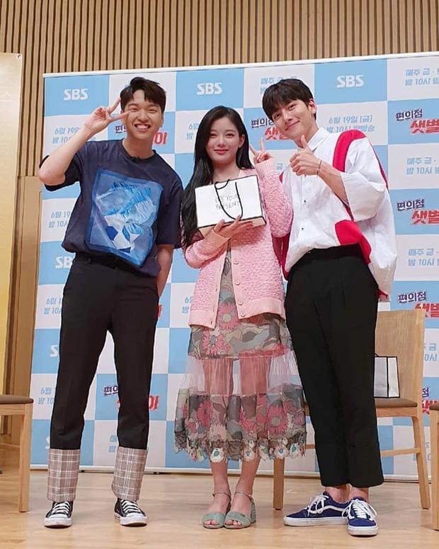 Đụng hàng các chị đẹp, sao nhí lột xác mỹ nhân Kim Yoo Jung kém sang hơn hẳn chỉ vì đôi sandal sai trái-3