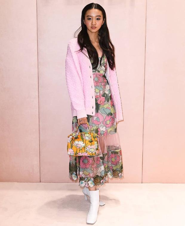 Đụng hàng các chị đẹp, sao nhí lột xác mỹ nhân Kim Yoo Jung kém sang hơn hẳn chỉ vì đôi sandal sai trái-5