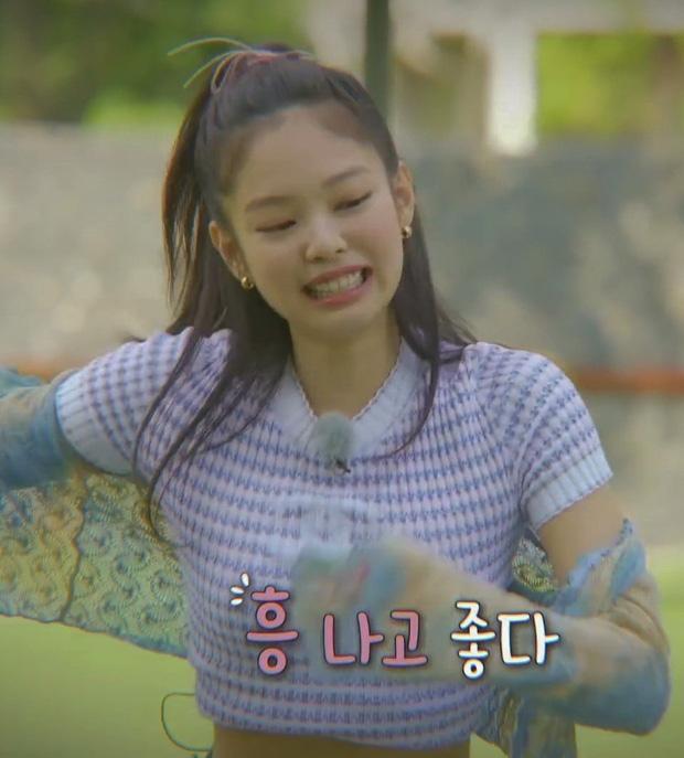 Bất ngờ chưa: Cùng diện áo bình dân, Jennie mix đồ kín bưng thua đẹp đàn chị Taeyeon ở khoản sexy-1