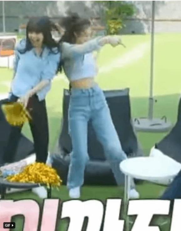 Bất ngờ chưa: Cùng diện áo bình dân, Jennie mix đồ kín bưng thua đẹp đàn chị Taeyeon ở khoản sexy-2