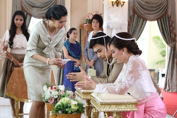 Ngày cưới, quan khách ngỡ ngàng với quà khủng mẹ chồng trao con dâu, chỉ có tôi biết sự thật-1