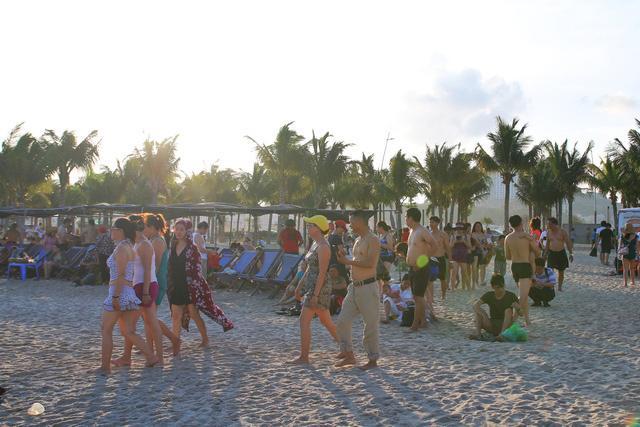 Flycam hàng chục nghìn người đổ xô về Bãi Cháy tắm biển đông nghịt do nắng nóng kéo dài-1