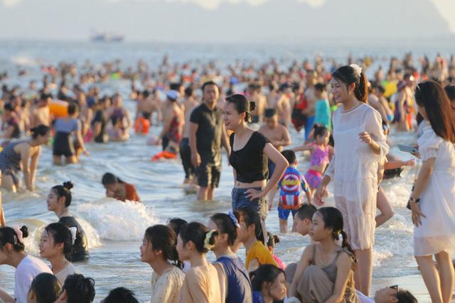 Flycam hàng chục nghìn người đổ xô về Bãi Cháy tắm biển đông nghịt do nắng nóng kéo dài-2